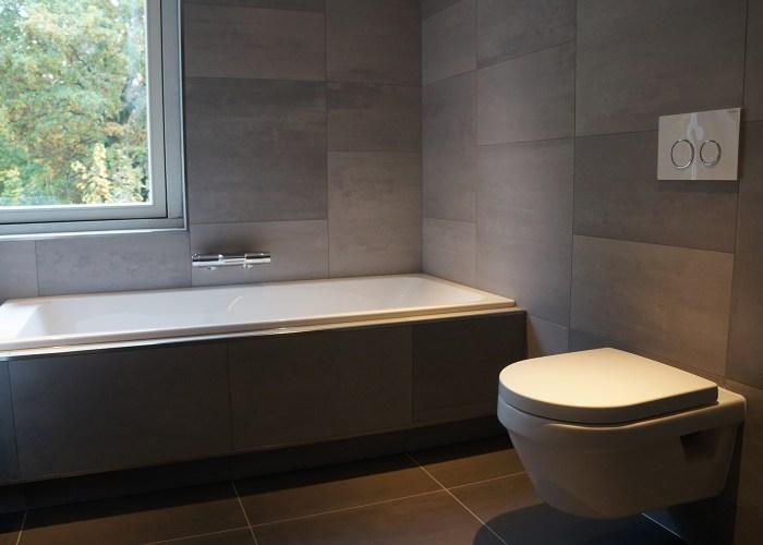 badkamer-grijze-tegels