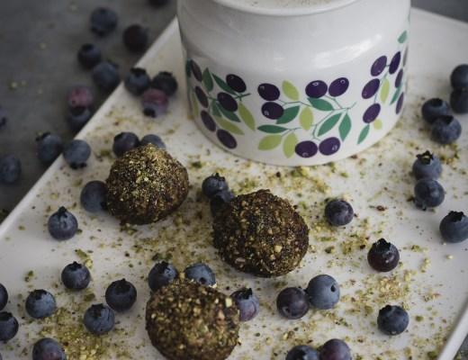 rawbollar med blåbär och lakrits