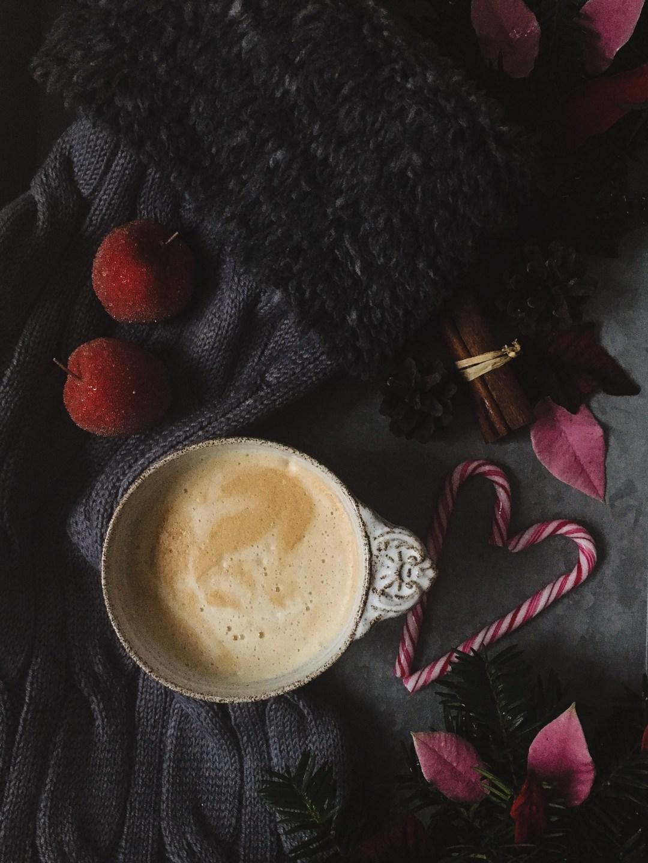 söndagsstilleben mellanrum med kaffe och julmys