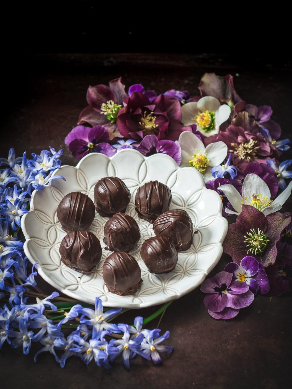 Mandelpraliner med kokos och choklad