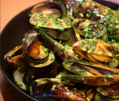 Green lipped mussels steamed in a rich broth of saffron, garlic, white wine and parsley served with Italian bread.
