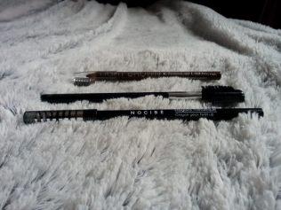 Crayon à sourccil H&M - env 2€ / Brosse et peigne à cils Yves Rocher - env 7€ / Crayon (yeux) Nocibé - 01 Dark paradise - env 7€50