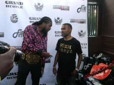 Pastor Troy chatting it up with Lil Duval
