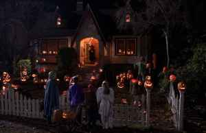 (L-r) ISABELLE DELEUCE as Sara, JEAN LUC BILODEAU as Schraeder, SAMM TODD as Rhonda, ALBERTO GHISHI as Chip and BRITT MCKILLIP as Macy in Warner Bros. Pictures and Legendary PicturesÕ horror thriller ÒTrick Ôr Treat,Ó distributed by Warner Bros. Pictures.  PHOTOGRAPHS TO BE USED SOLELY FOR ADVERTISING, PROMOTION, PUBLICITY OR REVIEWS OF THIS SPECIFIC MOTION PICTURE AND TO REMAIN THE PROPERTY OF THE STUDIO. NOT FOR SALE OR REDISTRIBUTION.