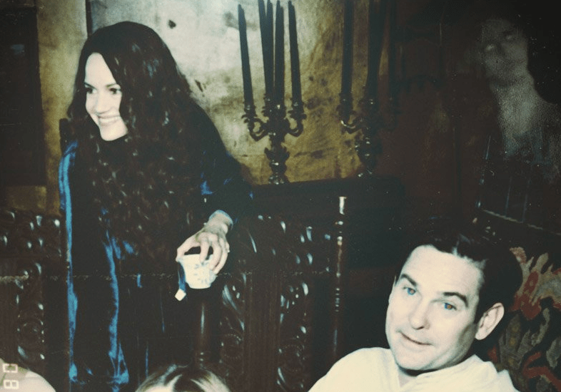 There Are Ghosts Hidden In Netflix S The Haunting Of Hill House Photographs Bloody Disgusting