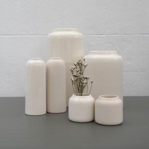 Coloris sable blanc sur l'ensemble de la collection de vases Bloom