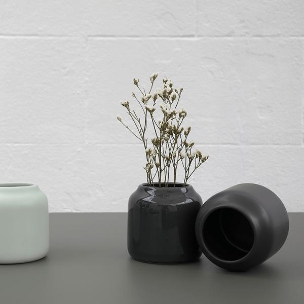 Le vase Dahlia de Bloom décliné en 2 coloris.