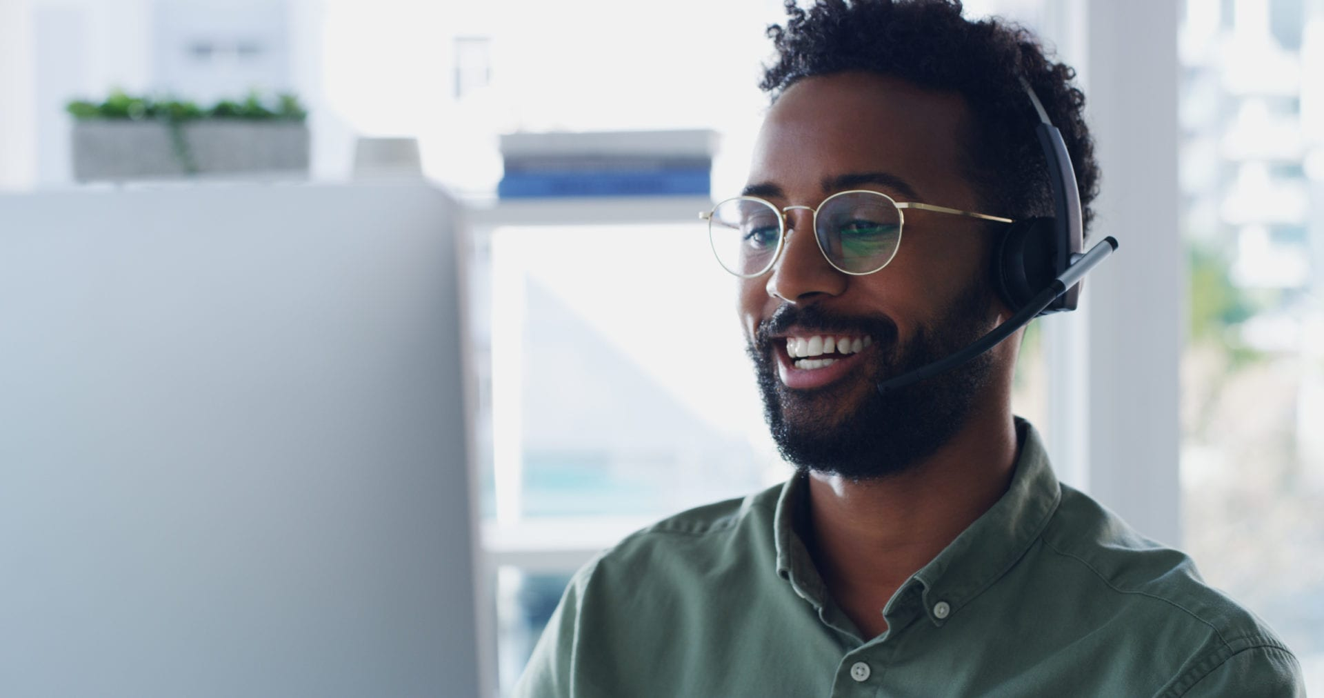 smiling customer service agent using CX technology to deliver personalized service
