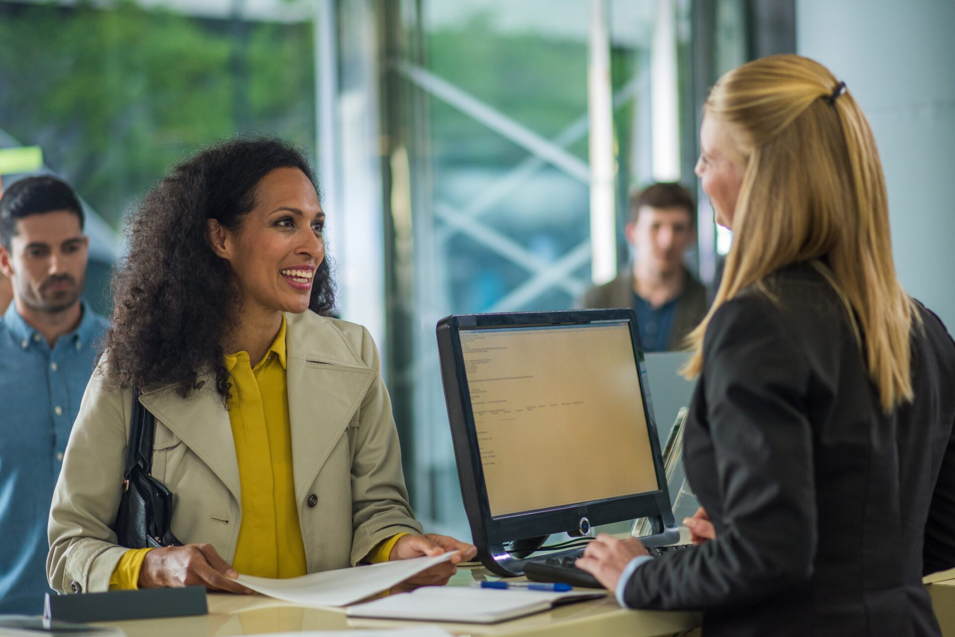 bank teller assisting customer benefits from knowledge management in banking