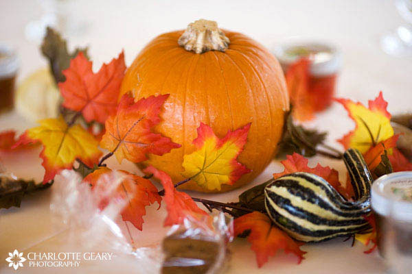 Fully falling for these leaf centerpieces b lovely events for Simple pumpkin centerpieces