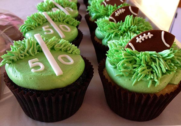 Love the Field & Footballs on these cupcakes!