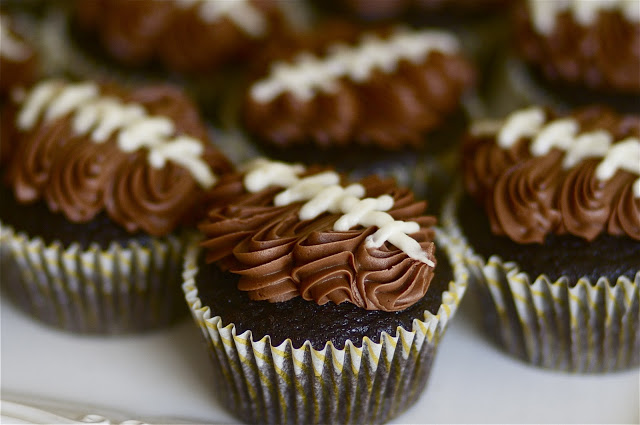 These football cupcakes are so cute!