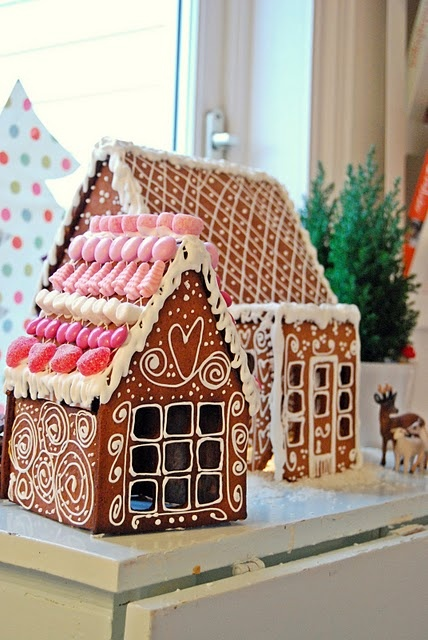 Love te decorations on this gingerbread house!