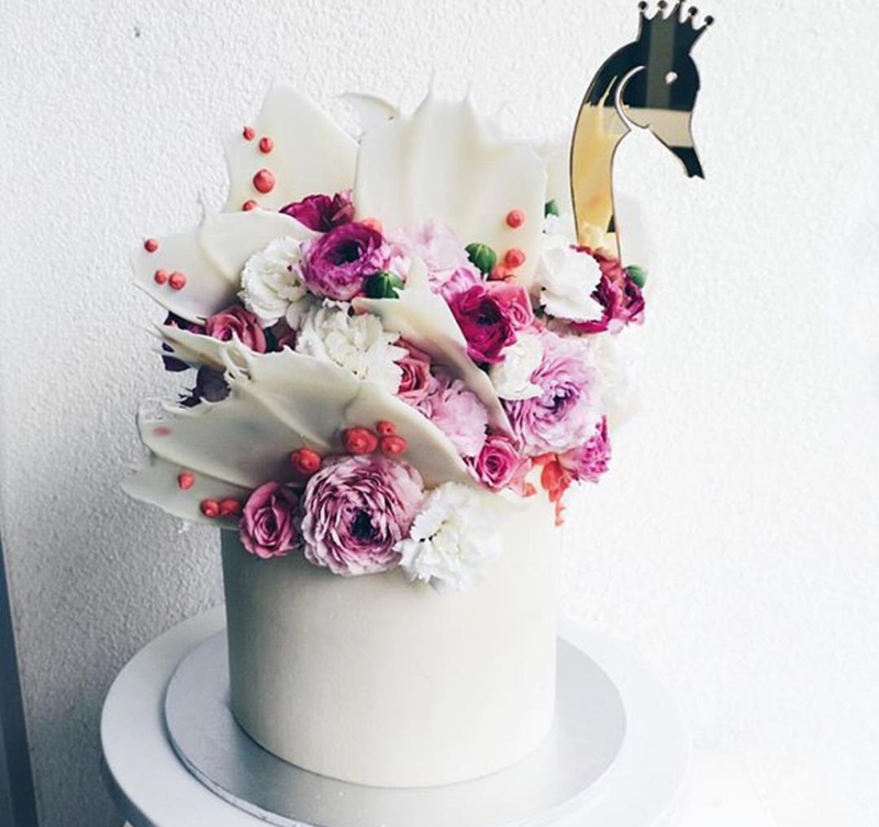 Love the floral and feathers on this swan cake!- See More Swan Cakes on B. Lovely Events