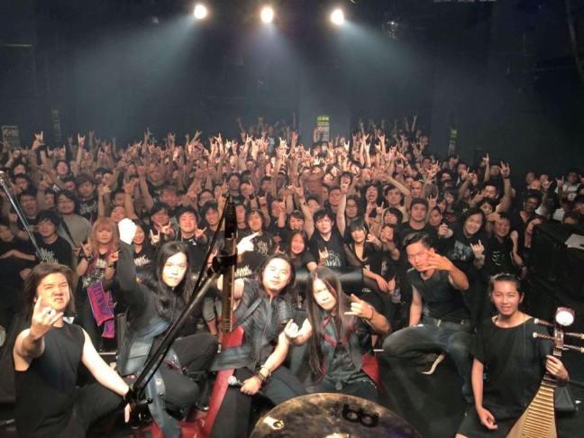 秋季巡迴日本場受到熱烈支持。即使是非主場,樂團的專輯、團 T 都被熱情的樂迷搶光。(Photo Credit:暴君)