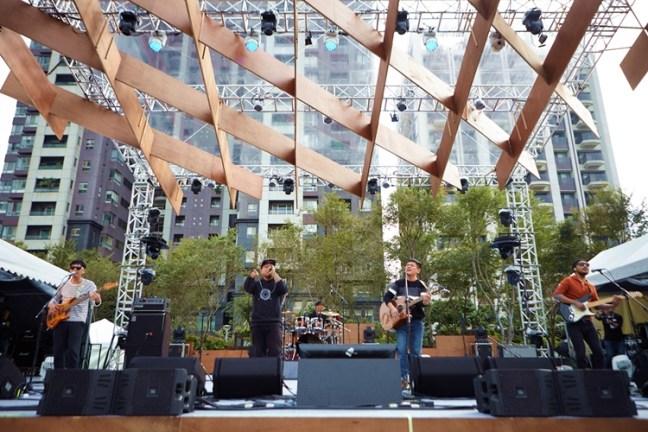 下午3點,微風舞台準時開演,圖騰樂團演出時台下觀眾的回應相當熱情,還有不少人大聲合唱。