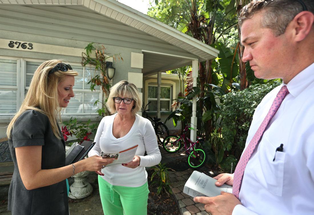 Mary, à esquerda, e Jonathan Burns, de Pinellas Park, Fla., Tanto as Testemunhas de Jeová, compartilhar alguns versículos da Bíblia e literatura com residente Pinellas Park Leslie Pevey, centro, em St. Petersburg, na Flórida.