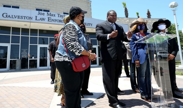 Community activists meet with police chief, sheriff over slab weekend