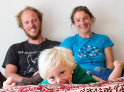 Chaleureuse famille à Te Anau, Emmanuel, Anna et bébé Fergus qui a été adorable pour partager ses jouets avec Léo