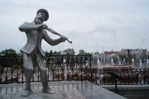 Fiddler by the musical fountains. Appropriately enough, they were playing Hevenu Shalom Aleichem.