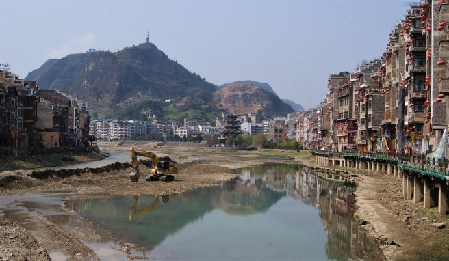 If you google Zhenyuan, you'll get some beautiful after-dark-pictures of the river front, with the street lights mirrored in the water. In February, we got this. Total river reconstruction.