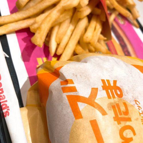 【Instagram】今日はマクドナルド!チーズてりたまです!ドリンクは野菜生活で決めました笑