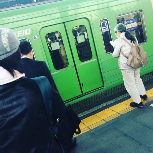 今日はいつものでんしゃが緑色。高尾山やつの車両だ。