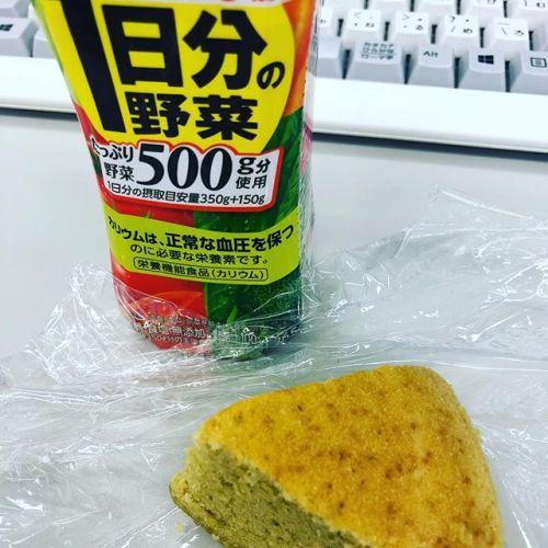 今日の朝ごはんは昨日作った蒸しパンと野菜ジュースです。