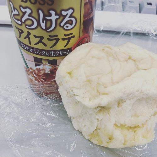 ちょっと見た目が悪いけど、昨日作ったバターチーズパンと缶コーヒーが、朝ごはんです。