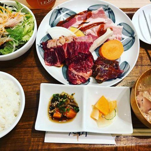 おっ肉!おっ肉!!肉なのじゃぁぁぁぁ....とゆうわけで、今日のランチは焼き肉でした。ちょっと豪華にお高めランチです。お肉やわやわうまうまで満足(*´﹃`*)︎