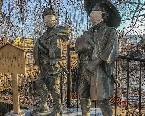 פסלים יפנים עם מסכות