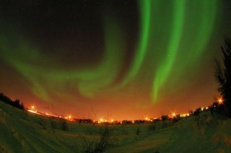 オーロラは冬のイメージがあるけれど、実際は夏でも見られます。 (C) Xander - Northern Lights at Yellowknife, NWT, Canada