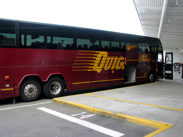 クイックシャトルのバスは、全部この塗装。 (C) Quick Shuttle / puregin