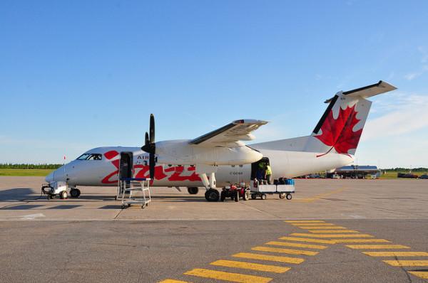 カナダでは近距離路線では、まだまだプロペラ機が数多く利用されている。こうしたプロペラ機では、空港での乗機、降機の際も、タラップで地上に直接降りるのが普通。(C) Air Canada Jazz Dash-8 C-GONX / abdallahh