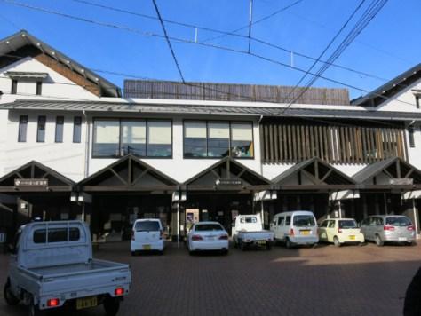 日帰り温泉施設が併設された松丸駅の正面