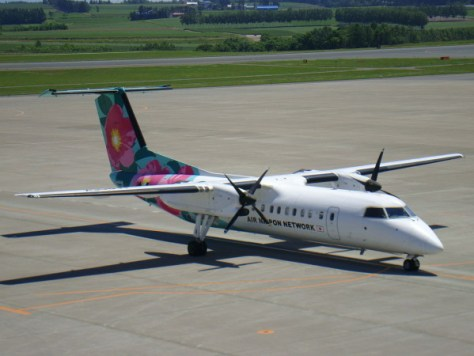 イエローナイフ線に使用される機材、Q400 (DHC-8-Q400)。写真は全日空のものですが、エアカナダでも同じ機材を利用。