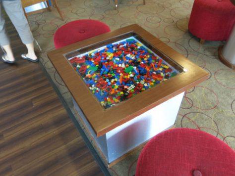 ミニラウンジのテーブルもやっぱりレゴ!