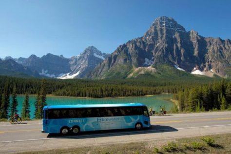 ウォーターファウルレイクスの横を走るブリュースターのバス。ちなみにこの湖はコロンビア大氷原への途上にあり、カルガリー空港からバンフまたはレイクルイーズの途上で見られるものではありません。