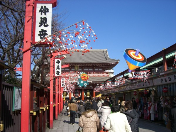 Nakamise street has lots of shops on the road to Senso-ji temple in Asakusa. ©Taito City/©JNTO
