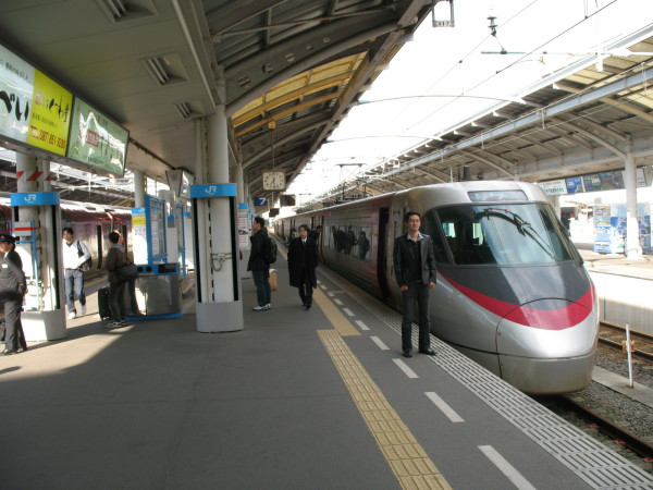 JR Shikoku 8000 series at Takamatsu station (C) Blue Works