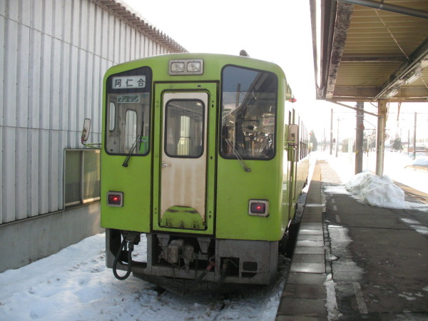 Akita Nairiku Jukan train departs from same platform as JR trains. (C) JP Rail