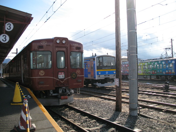 Fuji Tozan Densha (left) is one of the biggest reason to visit Lake Kawaguchi for me. (C) JP Rail