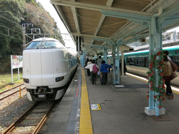 It's a Shirahama station. We took 283 seris (right). Newer fleet 287 series (left) were waiting for departure.