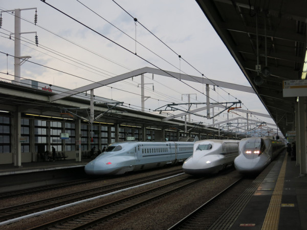 Track #11 (left) and track #12. Track #13 is out of the photo and it is next to #12. Sakura (N700 series) was stopping at #11 and Kodama (700 series) was stopping at #12. Nozomi (N700 series) was passing in the middle.