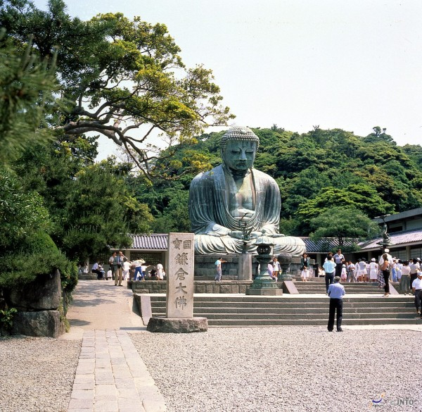 Great Buddha in Kamakura is located near Hase station of Enoshima Railway. (C) JNTO