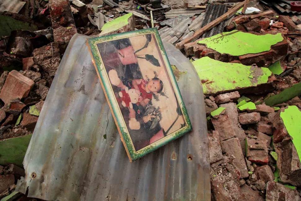8-Foto diantara reruntuhan.jpg