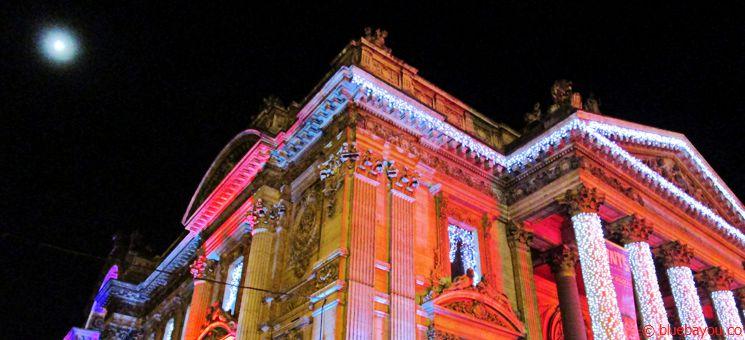 Die festlich beleuchtete Oper in Brüssel.