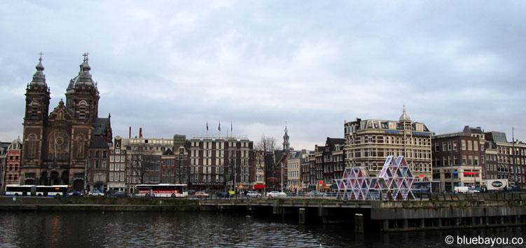 Ein schöner Ausblick auf die Wasserfront in Amsterdam.