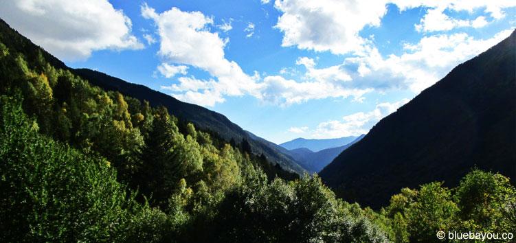 Blick auf die grünen Berge Andorras.