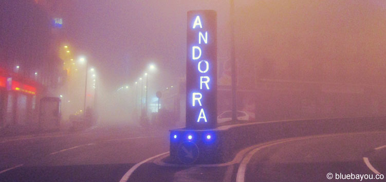 Andorra-Eingangsschild im Nebel von Pasa de la Casa.